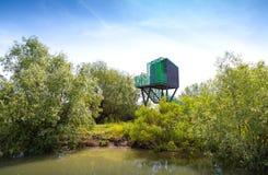 Esconderijo Birdwatching para pássaros no delta de Danúbio fotografia de stock