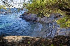 Escondido pouca praia em Sithonia, Chalkidiki, Grécia Imagem de Stock