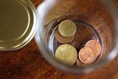 Escondite de las monedas euro griegas en un tarro Foto de archivo libre de regalías