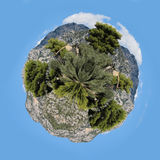 Escondite pedregoso de la cabaña entre árboles Imagenes de archivo