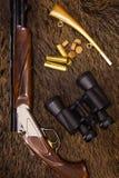 Escopeta, cartuchos, prismáticos y caza Imágenes de archivo libres de regalías