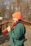 Escopeta que lleva del hombre en la gama de la trampa Foto de archivo