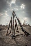 Escopetas de la caza en campo rural en día cubierto con el cielo dramático durante temporada de caza como fondo de la caza Foto de archivo libre de regalías