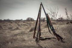 Escopetas de la caza en campo rural seco en día cubierto con el cielo dramático durante temporada de caza como fondo de la caza c Imágenes de archivo libres de regalías