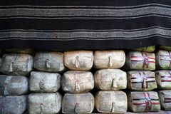 Escorpião da ghee em um saco do couro sob a cobertura na casa tibetana fotos de stock