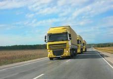 Escorte des camions jaunes Photo stock