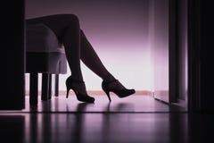 Escorte, prostituee of suiker die babe op bed met lange benen en sexy hoge hielen liggen Prostitutie, het geslachtswerk of suiker royalty-vrije stock afbeelding