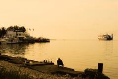 Escortes solitaires de bateau de pêcheur Image stock