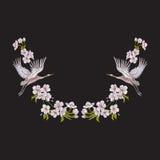 Escote del bordado con las flores y la grúa en fondo negro stock de ilustración