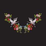 Escote del bordado con las flores y la grúa en fondo negro ilustración del vector