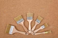 A escova é a ferramenta básica da pintura para cada profissional mas igualmente o hobbyist home imagem de stock