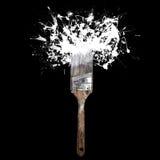 A escova com espirra da tinta branca No fundo preto Imagens de Stock