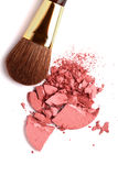 A escova cosmética do pó e esmagado cora paleta fotografia de stock