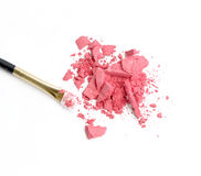 A escova cosmética do pó e esmagado cora paleta isolada no branco Imagem de Stock Royalty Free