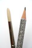 Escova da arte próximo a um lápis brilhante comemorativo para o traço Fotografia de Stock Royalty Free