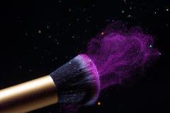 Escova da composição dos cosméticos e fundo da explosão de poeira do pó imagens de stock