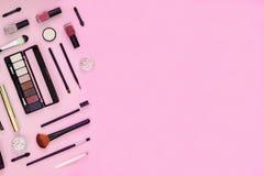 Escova da composição e cosméticos decorativos no fundo cor-de-rosa com espaço vazio imagens de stock royalty free