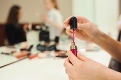 Escova da composição, produtos nas mãos, foto do close up imagem de stock