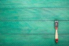 Escova da construção na superfície de madeira de turquesa Imagem de Stock Royalty Free