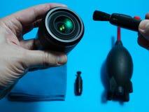 Escova da lente e da poeira da terra arrendada do homem do serviço fotos de stock royalty free