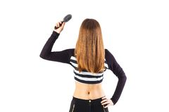 Escova da terra arrendada da mulher perto de seu cabelo Imagens de Stock