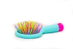 Escova de cabelo brilhante da massagem em um fundo branco é Fotografia de Stock