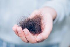 Escova de cabelo e cabelo derramado imagens de stock