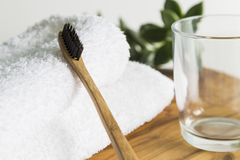 Escova de dentes de bambu com toalha e vidro Imagem de Stock Royalty Free