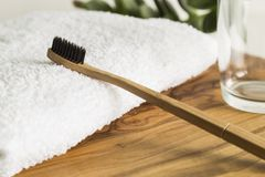 Escova de dentes de bambu com vidro e toalha Imagem de Stock