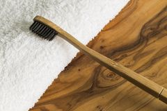 Escova de dentes de bambu e toalha branca Imagens de Stock