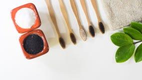 Escova de dentes de bambu natural amigável de Eco da vista superior, com lugar natural da folha verde na toalha um fundo branco,  imagem de stock