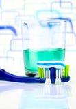 Escova de dentes, colutório em um vidro Fotografia de Stock