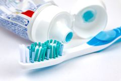 Escova de dentes com pasta de dente no fundo branco foto de stock royalty free