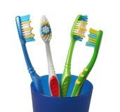 Escova de dentes da escova de dentes no vidro no branco Fotografia de Stock