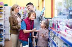 Escova de dentes de compra da família no supermercado Fotografia de Stock