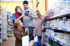 Escova de dentes de compra da família no supermercado Fotografia de Stock Royalty Free