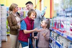 Escova de dentes de compra da família no supermercado Imagens de Stock Royalty Free