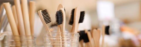 A escova de dentes de madeira biodegradável amigável de bambu de Eco em zero desperdiça a loja Nenhum estilo de vida consciente p foto de stock royalty free