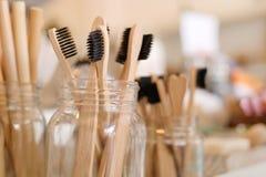 A escova de dentes de madeira biodegradável amigável de bambu de Eco em zero desperdiça a loja Nenhum estilo de vida consciente p imagens de stock royalty free