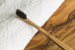 Escova de dentes de madeira e toalha branca Fotos de Stock Royalty Free