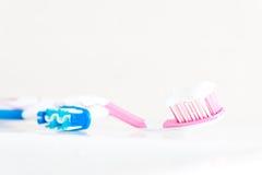 Escova de dentes na chave alta com pasta de dente Fotos de Stock Royalty Free