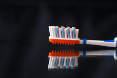 Escova de dentes sem dentífrico no fundo preto Imagens de Stock