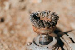 Escova de fio circular velha e oxidada Foto de Stock