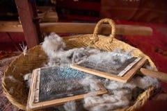 Escova de lãs dos carneiros a pentear na cesta de vime Fotografia de Stock