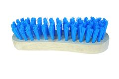 Escova de madeira com as cerdas azuis para a roupa de limpeza, escova de lavagem isolada no fundo branco fotografia de stock royalty free