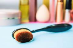 Escova de madeira feita do fiapo natural para aplicar o tom no fundo de uma tabela cosmética para a composição para a orientação  foto de stock