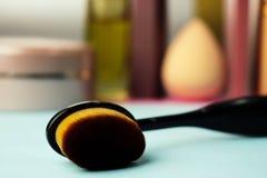 Escova de madeira feita do fiapo natural para aplicar o tom no fundo de uma tabela cosmética para a composição para a orientação  fotos de stock royalty free