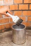 A escova de pintura clara no ser humano cede pode com cor cinzenta Foto de Stock