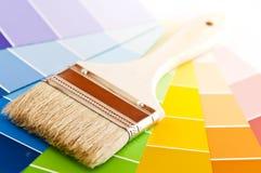 Escova de pintura com cartões da cor Imagem de Stock