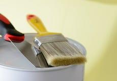 Escova de pintura com fim da faca da cubeta e de massa de vidraceiro da pintura acima Fotografia de Stock Royalty Free